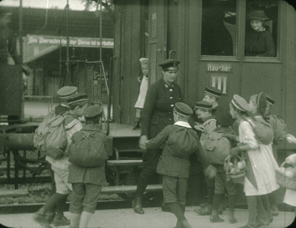 Schulkinder am Ulmer Bahnhof 1918