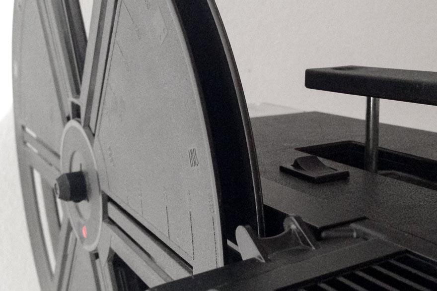 Dieser kleine Wippschalter an der Oberseite schaltet den 150W Booster ein. Ein Betrieb mit der Originallampe ist  jederzeit möglich.