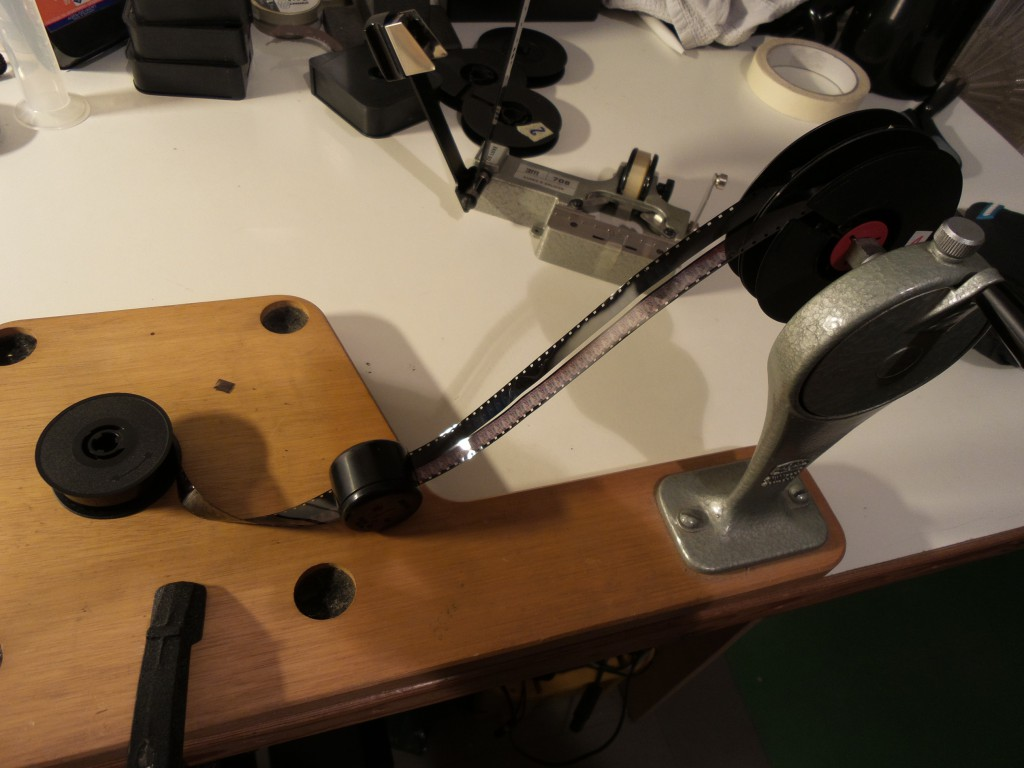 Vor der ersten Projektion muss der DS8-Filmstreifen nach dem Trocknen noch gesplittet werden. Kein Problem mit dem Lomo-Splitter und einem Paar aneinandergeklebten  Laborspulen auf dem Umroller.