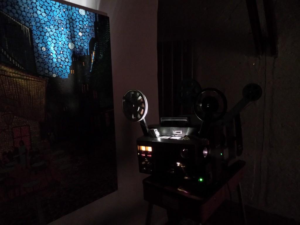 Der improvisierte Projektionstisch vor einem Bild von Sepp Schick