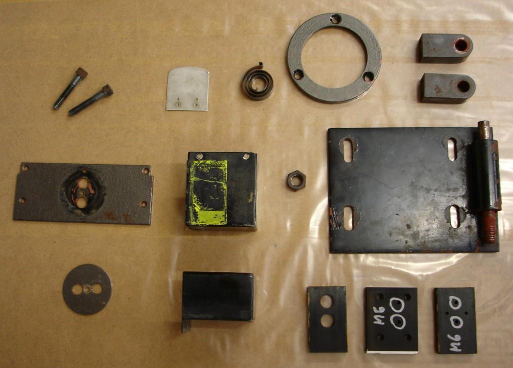 Einzelteile mit Flugrost und deutlichen Gebrauchsspuren