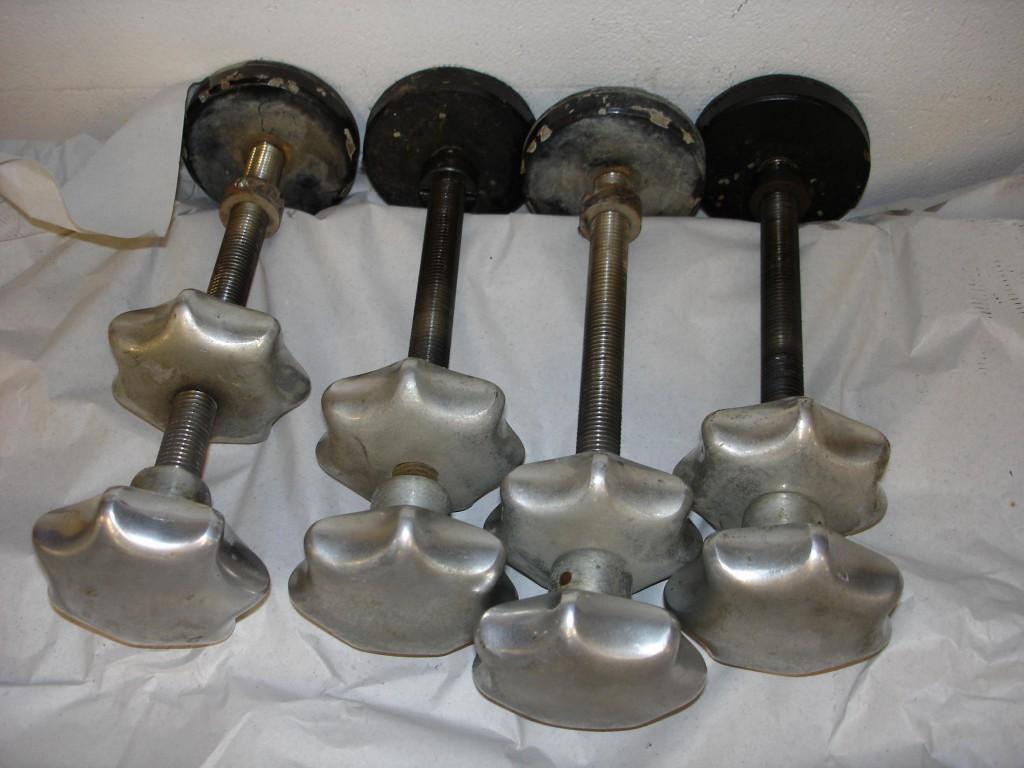 Fein einstell- und konterbare Gerätefüße gewährleisten einen sicheren Stand in der Waage