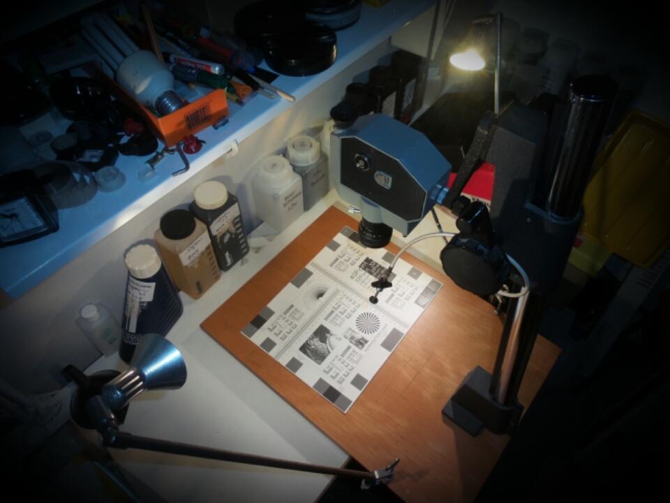 Improvisierter Reprotisch - hier werden die Kleinbild-Abzüge abgefilmt. Das Licht der beiden Halogen-Spots reicht für Blende 4.