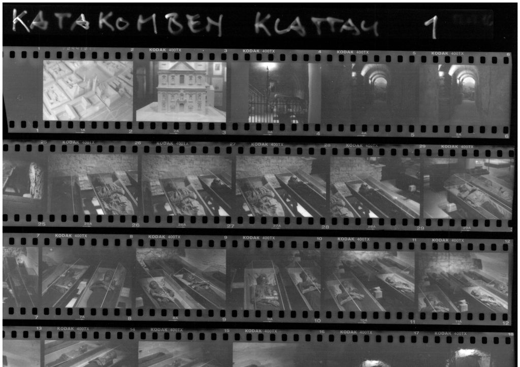 Kontaktabzug von Kleinbild-Fotografien in den Katakomben
